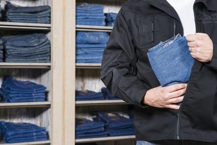 Mann beim Ladendiebstahl